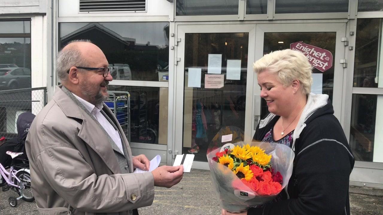 Human-Etisk Forbund delte ut blomster og gavekort til Helle Soos ved Trollklubben barnehage i Fredrikstad i dag.